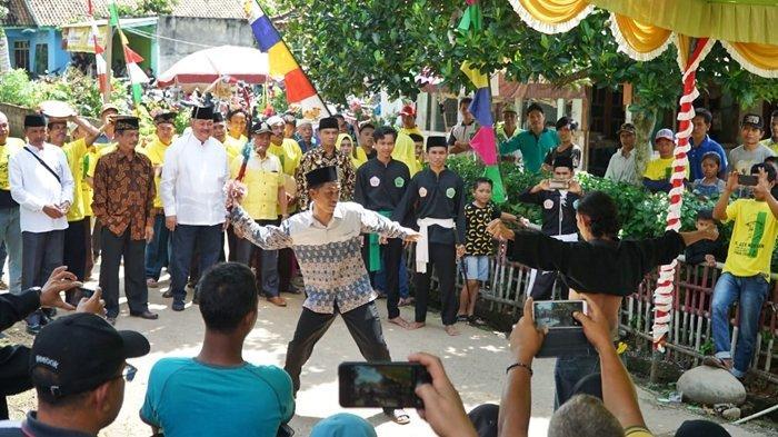 Kunjunganke Desa Sumber Mulya Muara Enim., Alex Noerdin 'Dicegat' Pencak Silat Pagar Nusa