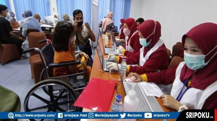 Penyandang disabilitas, ARH Purtatati, mendaftar disuntik vaksin di program vaksinasi yang digelar oleh BBPOM di Palembang bersama Pemerintah Kota Palembang di Gedung BBPOM Jalan Pangeran Ratu Palembang, Jumat (27/8/2021).