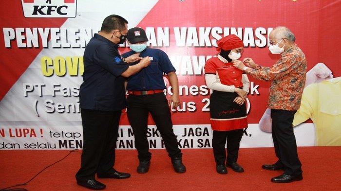 "Penyematan pin ""I'm Vaccinated"" oleh Justinus Dalimin Juwono dan Bambang Soesatyo kepada karyawan gerai KFC Indonesia yang sudah di vaksin, Senin (16/8/2021)."