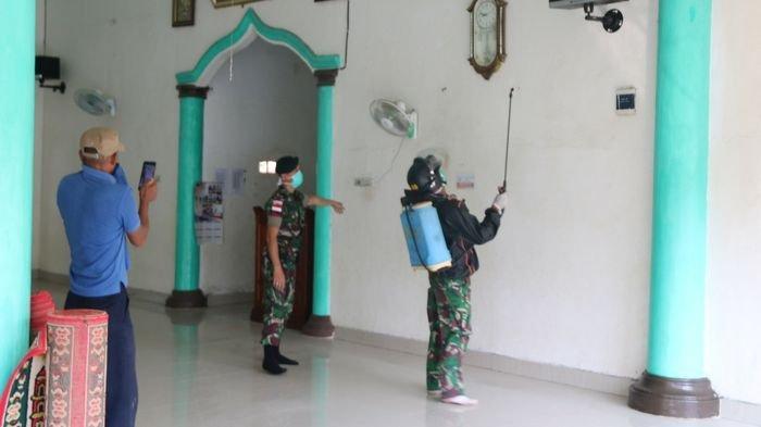 Tak Hanya Asrama, Raider 200 Juga Semprot Rumah Warga Gandus Pakai Disinfektan