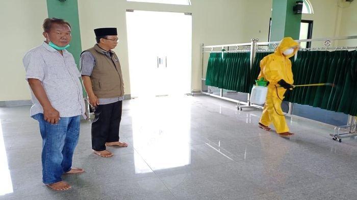 Cegah Penyebaran Virus Corona, Masjid Amal Kebun Bunga Palembang Disemprot Disinfektan