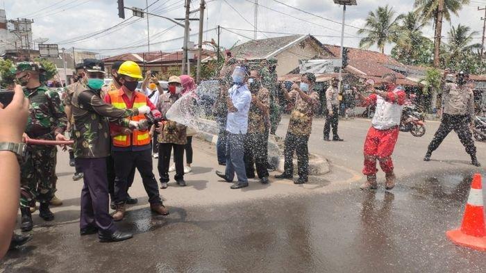 PTBA Bagikan 4000 Buah Masker dan 4000 Liter Cairan Disinfektan di Tanjung Enim Muara Enim