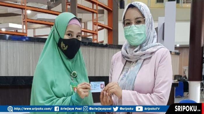 Penyerahan e-KTP rusak yang telah diganti oleh Disdukcapil Palembang, layanan MPP Jakabaring, Jumat (19/2/2021).