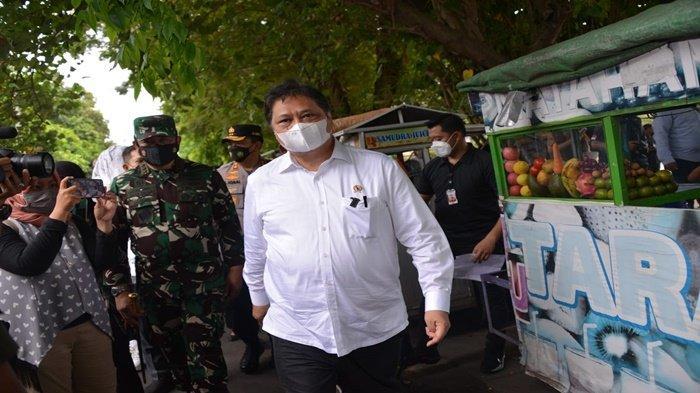 Menko Airlangga Menyalurkan Bantuan Tunai kepada PKL dan Pemilik Warung