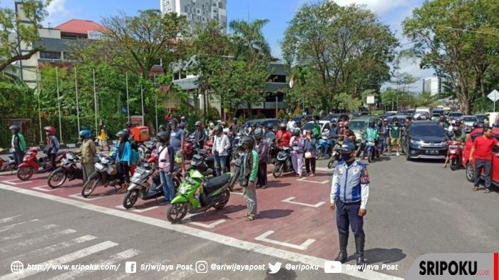 Pengendara di Palembang Hentikan Kendaraan Pada Peringatan HUT Ke-75 Detik-detik Kemerdekaan RI