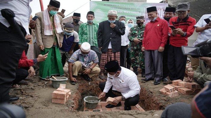 Bupati Banyuasin H Askolani Letakkan Batu Pertama Pembangunan Perluasan Masjid Daarul Mutaqqin