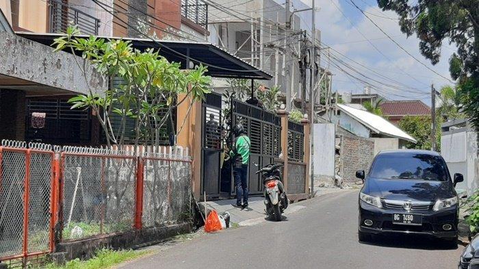 Seorang driver ojek online (ojol) mengantarkan makanan ke rumah Heriyanti anak Akidi Tio di Jalan Tugu Mulyo, Kecamatan IT I, Palembang, Rabu (4/8/2021).