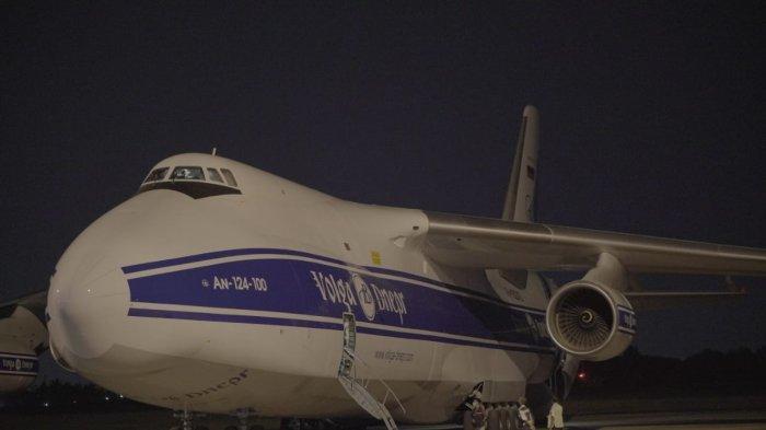 Pesawat Raksasa Antonov Mendarat di Bandara SMB II Palembang, Terbesar di Dunia, Ini Isi Muatannya!