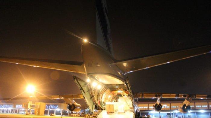 Pesawat kargo raksasa Antonov 124-100 mendarat di Bandara Internasional Sultan Mahmud Badaruddin (SMB) II Palembang, Senin (7/6/2021)