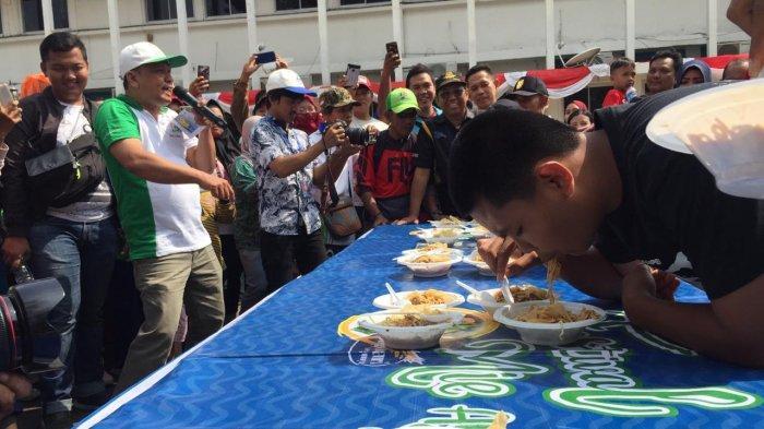 Sorakan Riuh Penonton Semangati Peserta Lomba Makan Mie Ayam Kempal di Kantor Gubernur Palembang