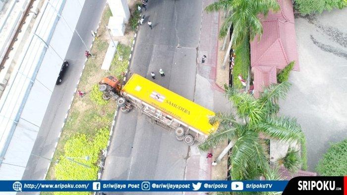 Truk Tronton Peti Kemas Terguling di Jalan Demang Lebar Daun Palembang, Begini Kronologisnya!