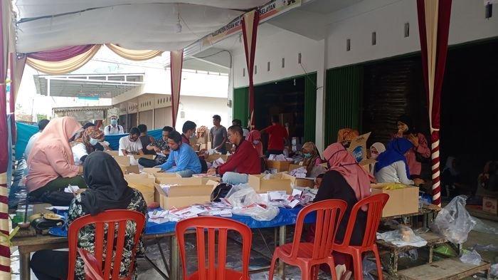 Hari Pertama Pelipatan, KPU Kabupaten OKU Selatan Banyak Temukan Surat Suara Tidak Sempurna