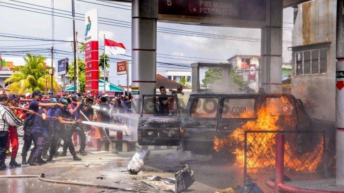 Mobil Kijang Terbakar di SPBU, Pria Berambut Gondrong Keluar Mobil Terobos Kobaran Api
