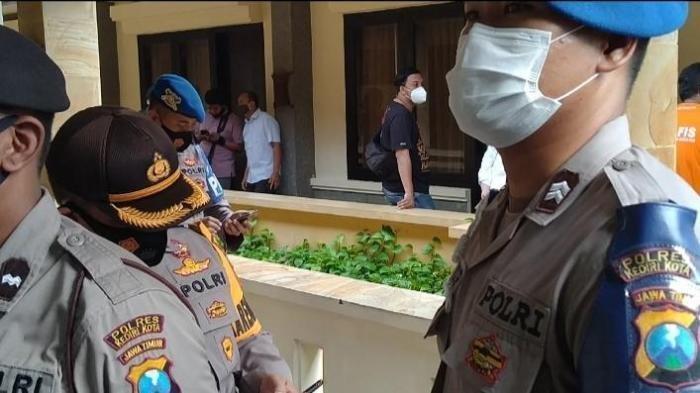 Petugas kepolisian menjaga akses masuk ke kamar 421 Hotel Lotus Garden Kota Kediri, saat menggelar rekonstruksi pembunuhan PSK online asal Bandung, Senin (8/3/2021).
