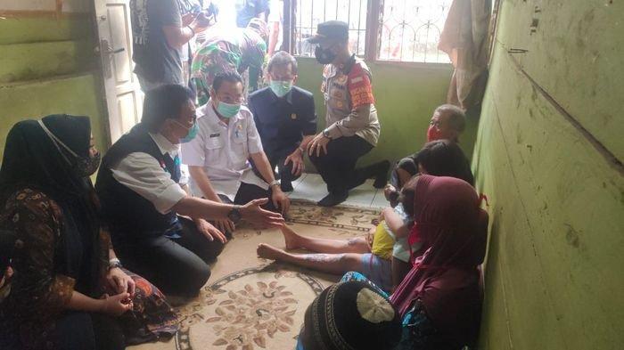 PTBA dan Plh Bupati Muara Enim Nasrun Umar Sambangi Korban Kebakaran Kelurahan Tanjung Enim Selatan