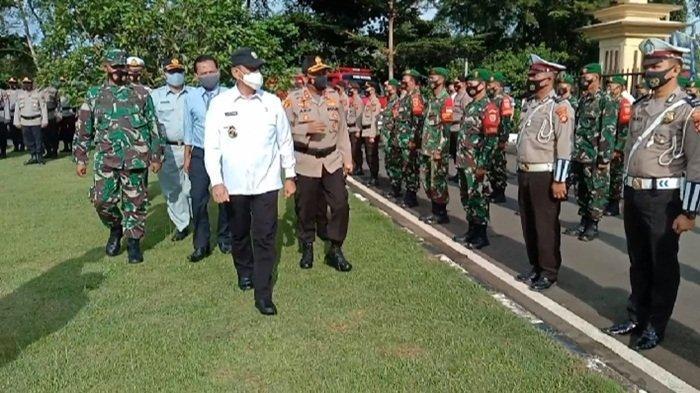 Plh Bupati OKU Drs H Edward Candra MHselaku Pimpinan Apel memeriksa barisan peserta Apel Operasi ketupat Musi 2021