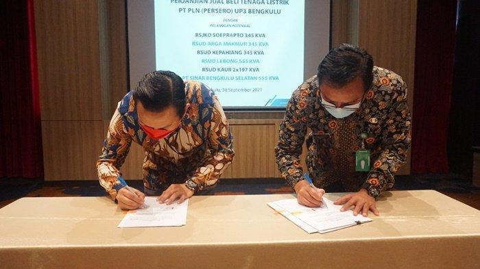 Manager PLN UP3 Bengkulu Hendra Irawan beserta jajaran manajemen PLN UP3 Bengkulu dan manager PLN unit menyaksikan secara langsung penandatanganan perjanjian yang dilakukan oleh direktur masing-masing RSUD dan pimpinan perusahaan PT SBS di Hotel Mercure Bengkulu pada 30 September 2021.