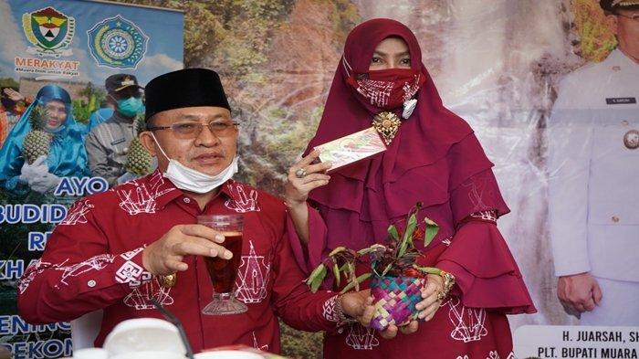 Plt Bupati Muaraenim H Juarsa SH, menyempatkan menikmati minuman sehat teh buatan SIBA Rosella