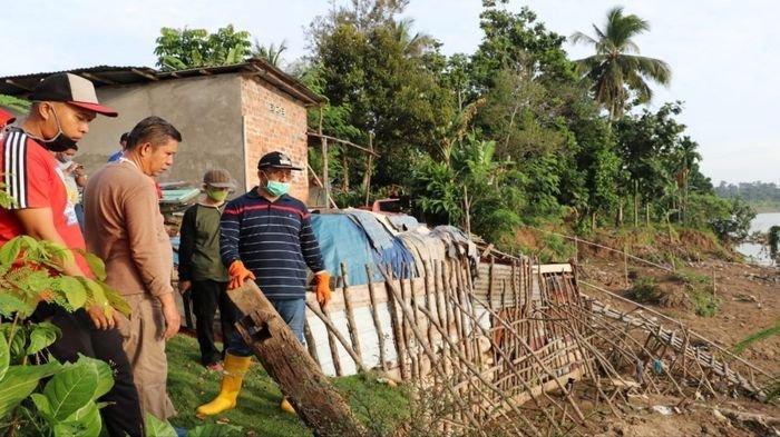 Plt Bupati Muaraenim H Juarsah Tinjau Lokasi Longsor di Kelurahan Tungkal di Sela Kerja Bhakti