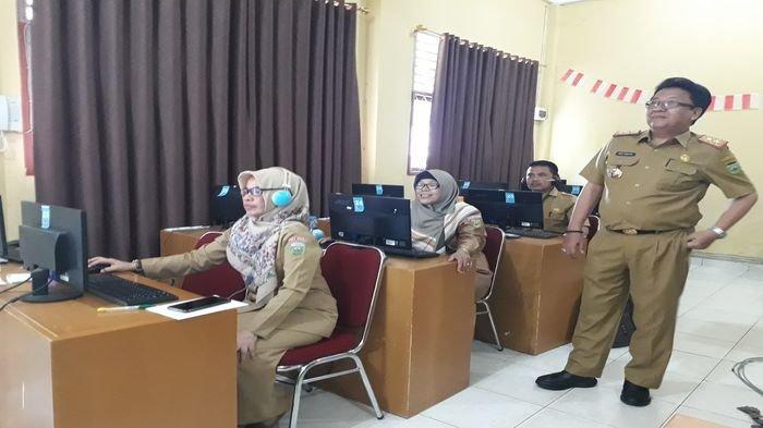 Melihat Siswa SMK Negeri 5 Palembang Ikuti Ujian dari Rumah, Guru Pantau dari Sekolah