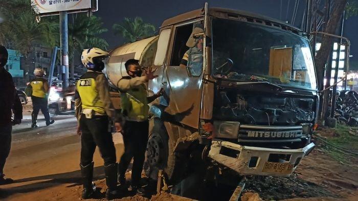 Truk Tangki Menabrak 2 Mobil dan Satu Motor di Jalan Basuki Rahmad Palembang