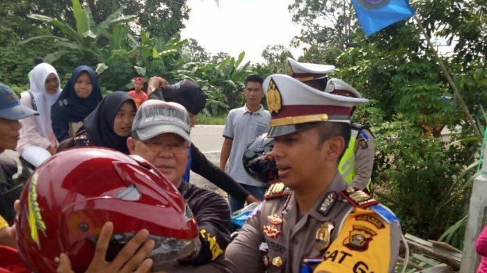 Bupati Muratara Peduli Keselamatan Lalulintas. Bagikan 100 Helm Gratis - polisi-bagi-helm-gratis_20170307_095705.jpg