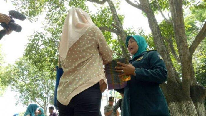 Wanita Berpakaian Ketat di Daerah Ini Diberi Sarung oleh Polisi. Ini Alasannya