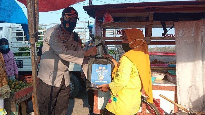 Didatangi Personel Polres OKU Timur, Pedagang Gorengan Haru Dagangannya Diborong: Hari Ini Berkah