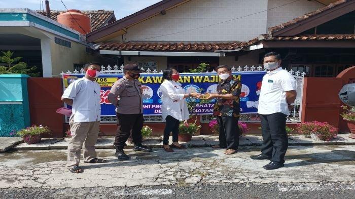 Tekan Penyebaran Covid-19, Polsek Baturaja Timur Bagikan Masker Gratis & Sosialisasi Prokes
