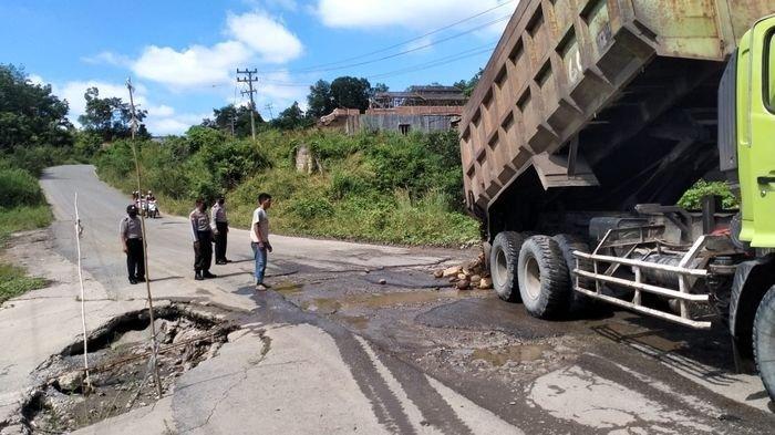 Polsek Kota Lahat Timbun Beberapa Titik Lubang dengan Batu di Jalan Lingkar Desa Manggul Kota Lahat
