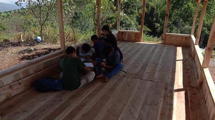 FOTO ILUSTRASI - Sejumlah siswa sekolah yang sedang belajar di Pondok Daring Desa Tanjung Taring, Kecamatan Dempo Utara, Kota Pagaralam.