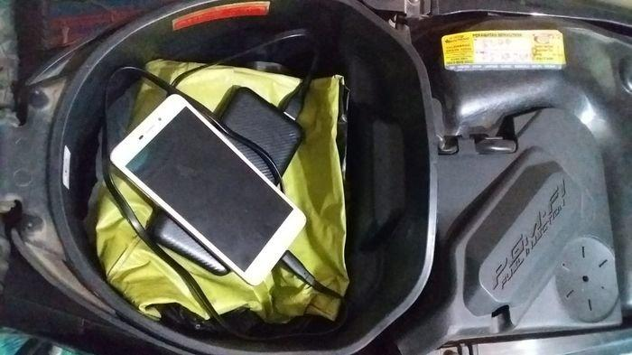 Apakah Boleh atau Tidak Simpan Ponsel dan Powerbank di Bagasi Motor?