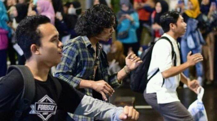 Berita Foto : Pentas Teater Potlot di Pedesterian Sudirman Palembang