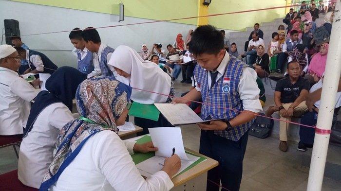 Ilustrasi --Suasana verifikasi, validasi dan finalisasi di Aula SMKN 2 Palembang. Ini merupakan proses pelaksanaan PPDB SMK Negeri