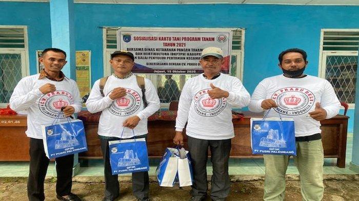 Petani penerima kartu tani sekaligus mendapat merchandise dari CV Prabu Deli.