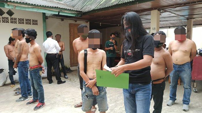 13 Terduga Pelaku Premanisme Dibariskan di Jatanras Polda Sumsel, Seorang Kedapatan Asyik Ngelem