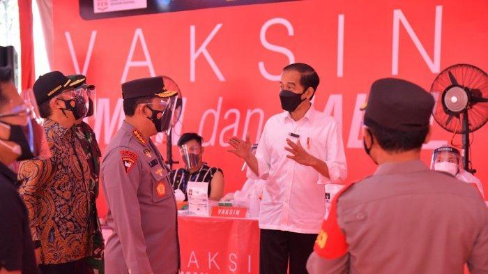 Presiden Jokowi Tinjau Vaksinasi Massal Jelang HUT ke-75 Bhayangkara, Target 1 Juta Vaksin per Hari