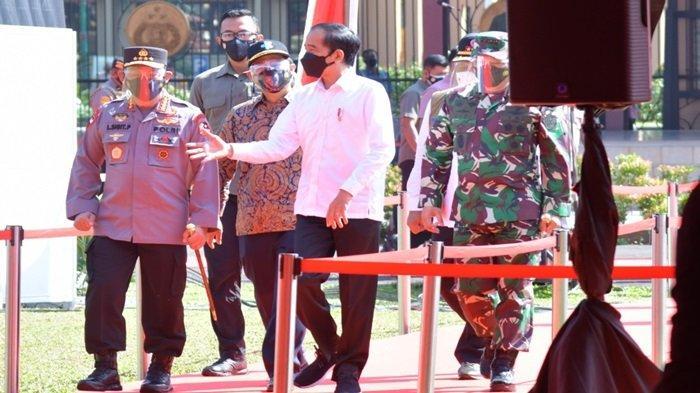 Presiden Joko Widodo meninjau langsung pelaksanaan vaksinasi massal di Lapangan Bhayangkara, Mabes Polri, Jakarta, Sabtu (26/6/2021).