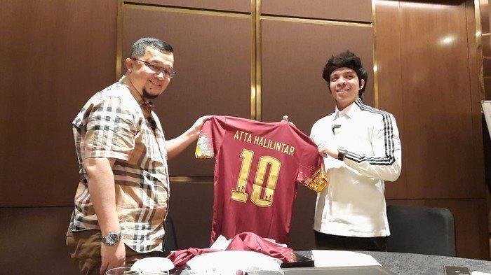 Presiden Klub Sriwijaya FC H Hendri Zainuddin SAg SH memberikan hadiah jersey SFC yang bertuliskan nama Atta Halilintar.