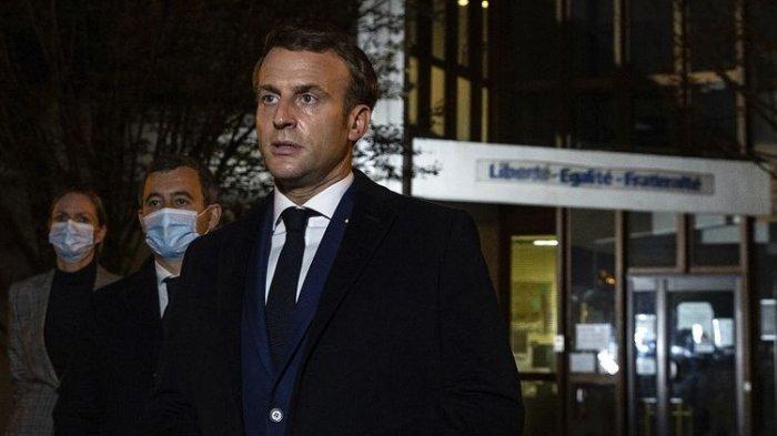 Presiden Perancis Emmanuel Macron, diapit Menteri Dalam Negeri Perancis Gerald Darmanin (kedua kiri), di depan sekolah menengah pada Jumat 16 Oktober 2020 di Conflans Sainte-Honorine, barat laut Paris.