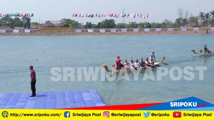Buka Kejuaraan Dayung Perahu Naga Piala Presiden 2018, Presiden Jokowi Ikut Mendayung