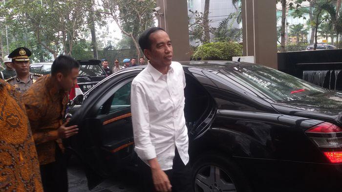 Jokowi Diibaratkan Berjalan Bersama Perampok, Berenang Bersama Hiu