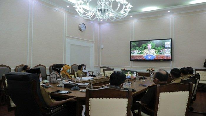 Presiden RI H Joko Widodo memimpin rapat diikuti Walikota Palembang H Harnojoyo dan Kepala Daerah seluruh Indonesia melalui Video Conference (Vidcon) Via Aplikasi Zoom Cloud Meeting