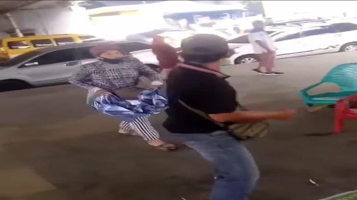Pria Ini Hanya Diam saat Dipukuli Wanita, Pedagang di Jembatan Ampera Ribut, Viral di Medsos
