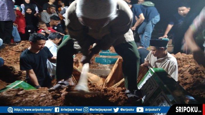 Jenazah Fitri Korban Kecelakaan di Tol Lampung Dikebumikan Satu Liang Lahat Bersama Anaknya
