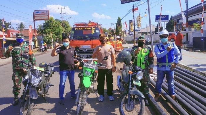 PTBA Bersama Unsur Tripika Lawang Kidul dan SPBA Melakukan Penyemprot dan Bagikan Masker