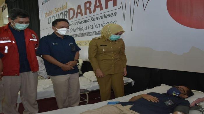 Ketua PMI Kota Palembang sekaligus Wakil Walikota Palembang, Fitrianti Agustinda meninjau langsung bakti sosial dan donor darah yang digelar oleh PT Pusri.