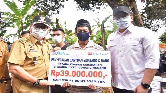 PTBA Salurkan Santunan Sembako Dan Uang Tunai untuk Korban Kebakaran di Desa Gunung Megang