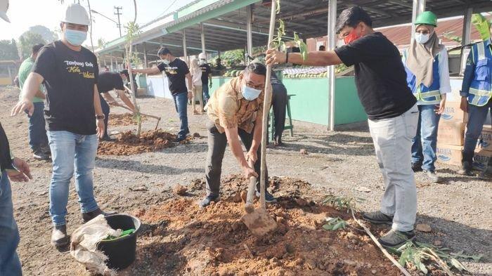 Jumat Hijau, PTBA Tanam Pohon Tabebuya 80 Batang dan Bagikan 40 Drum Sampah