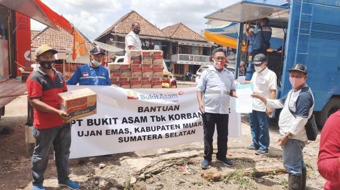 PTBA Berikan Bantuan Kepada Korban Banjir Bandang Ujanmas